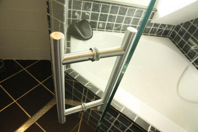Badkamer deur een glazen douchedeur ingemeten en op maat gemaakt - Glas betegelde badkamer bad ...